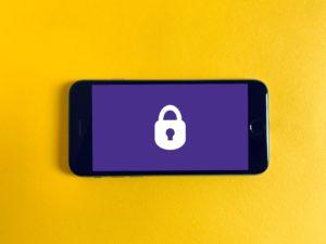 iPhone med bilde av en lås på hjemskjermen