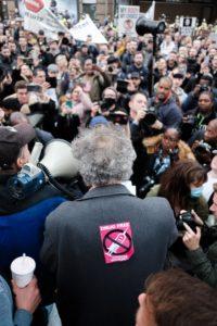 demonstranter-med-mann-i-fokus-med-klistermerke-på-ryggen-hvor-det-står-drugfree-choose-yourself
